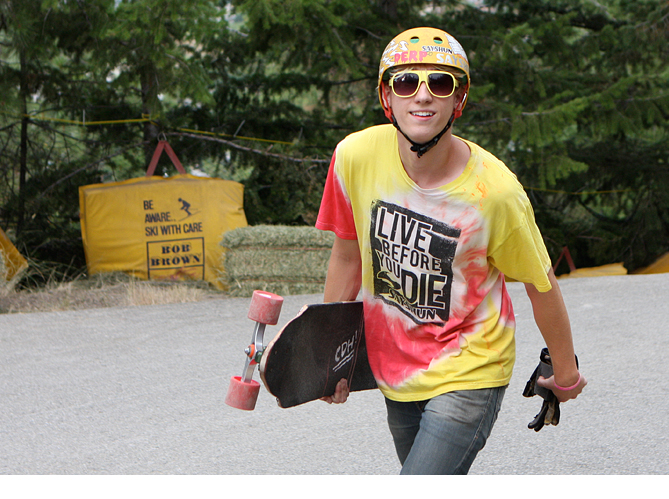 Longboarder with 'Live before you Die' t shirt at Giants Head event